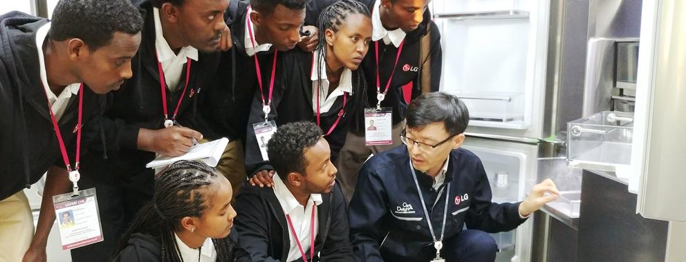 LG전자는 11일부터 일주일간 에티오피아 학생 7명을 두바이서비스법인에 초청해 연수 기회를 제공하고 있다. 학생들이 LG 시그니처 세탁기에 대한 설명을 듣고 있다.
