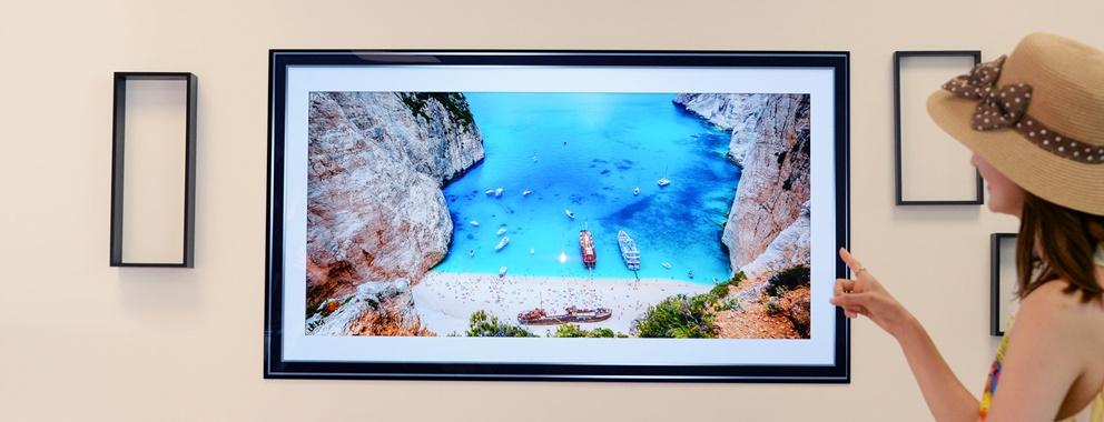 서울특별시 영등포구 여의도 LG트윈타워에서 모델들이 LG 시그니처 올레드 TV W의 갤러리 앱에서 트립어드바이저가 추천하는 여름 여행지 사진을 보며 '홈캉스'를 즐기고 있다.