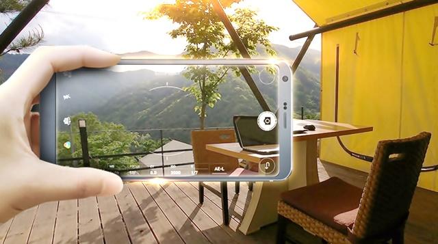 캠핑에서 LG G6의 전문가 촬영 모드를 사용하는 모습
