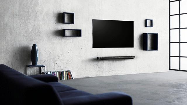 방 안에 LG 시그니처 올레드 TV W가 설치된 모습