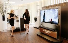 지난달 말 고객들이 뉴욕 삭스 피프스 에비뉴 백화점 내 'LG 시그니처' 체험존에서 주요 제품들을 체험하고 있다.