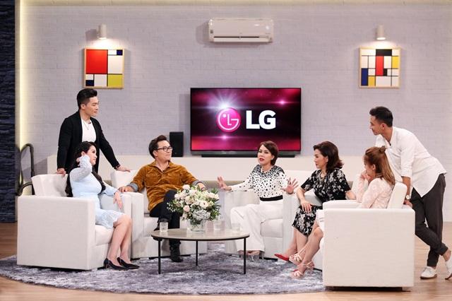 LG전자가 베트남 시청률 1위 국영방송 'HTV 7'과 손잡고 이색 예능 프로그램 '똑똑한 아내들(Smart Wives)'을 공동 제작, 고급 가전을 적극 노출하며 프리미엄 이미지 강화에 나섰다. LG전자의 프리미엄 가전이 등장하는 프로그램 장면.