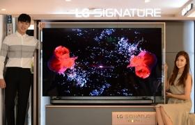 LG전자가 77형(196cm) 'LG 시그니처 올레드 TV W'를 국내 시장에 출시했다. 이 제품은 설치 시 두께가 6mm도 안 된다. 마치 그림 한 장이 벽에 붙어있는 듯한 월페이퍼 디자인에 궁극의 화질을 더한 제품이다. 이 제품 출하가는 3,300만원이다. LG전자는 다음 달 29일까지 구매 고객에게 캐시백 400만원을 제공하고 의류관리기 'LG 트롬 스타일러'를 증정한다. LG전자 모델들이 'LG 시그니처 올레드 TV W'를 소개하고 있다.