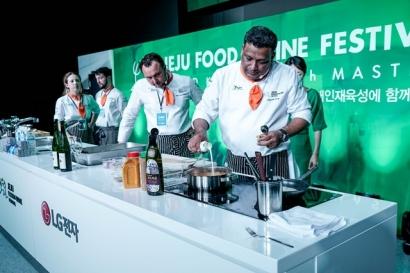 국내외 정상급 셰프들이 18일 제주 한라대학교에서 열린 '그랜드 키친 위드 마스터즈(Grand Kitchen with Masters)' 행사에서 LG 주방가전으로 제주 전통 음식을 만들어 선보였다.