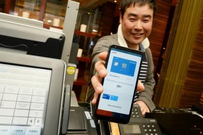 LG전자가 24일부터 서울 삼성동 코엑스에서 나흘간 열리는 '월드 IT쇼 2017'에서 오는 6월 서비스 시작 예정인 'LG 페이'를 첫 공개했다. LG전자는 최근 사내 체험단을 운영하며 기술 완성도를 끌어올리는 등 'LG 페이' 국내 서비스를 시작하기 위한 준비를 마쳤다. LG전자 직원이 레스토랑에서 신용카드 대신 LG페이가 작동 중인 LG G6로 결제를 요청하고 있다.
