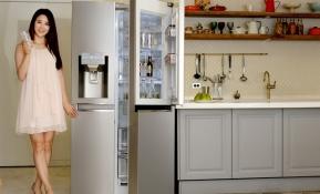 LG전자는 25일 607리터 용량의 세미빌트인 양문형 냉장고에 얼음정수기를 결합한 신제품을 선보였다. 이 제품은 프리미엄 냉장고를 사용하면서도 주방 공간을 보다 효율적으로 활용하고자 하는 고객들의 요구를 반영했다. LG전자 모델이 LG 디오스 세미빌트인 얼음정수기 냉장고 신제품을 소개하고 있다.