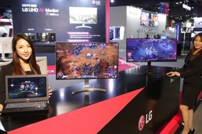 LG전자가 25일부터 나흘간 일산 킨텍스에서 열리는 게임 전시회 '플레이엑스포'에 참가해 21:9 화면비 게이밍 모니터(우측부터), 4K HDR 모니터, 게이밍 노트북 등 IT기기 신제품을 공개했다.