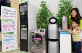 서울 강서구 공항대로에 있는 LG 베스트샵 강서본점에서 모델들이 건조기, 스타일러, 정수기, 공기청정기 등 LG전자 건강관리가전을 소개하고 있다.