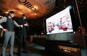LG전자가 27일 그랜드 하얏트 서울 호텔서 열린 영국 엘리자베스 2세 여왕 생일 행사에 LG 시그니처 올레드 TV W를 전시했다. 행사에 참가한 관람객들이 LG 시그니처 올레드 TV W를 살펴보고 있다.