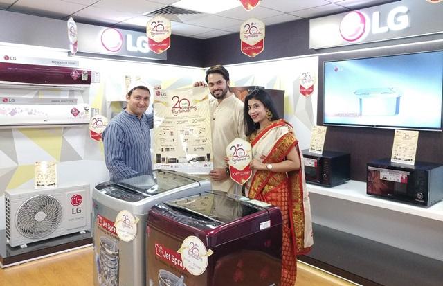 LG전자가 올해로 인도 진출 20주년을 맞은 가운데, 프리미엄 국민브랜드로 자리잡으며 정상에 우뚝 섰다. 인도에 있는 LG전자 매장을 방문한 인도 고객이 제품을 살펴보고 있다.