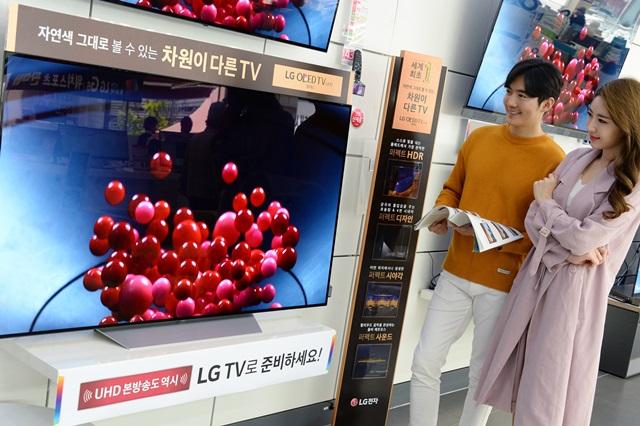 LG전자가 UHD 본방송을 앞두고 다음달 29일까지 전국 판매점에서 TV 할인행사를 진행한다. LG전자는 차원이 다른 화질의 'LG 시그니처 올레드 TV', '슈퍼 울트라HD TV' 등 다양한 크기의 TV를 매력적인 가격으로 판매한다. LG전자 모델들이 'LG 올레드 TV'의 화질을 감상하고 있다.