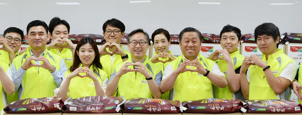 LG전자, 소외계층 260가구에 따뜻한 마음 전해01: LG전자 노동조합이 한가위를 앞두고 소외되기 쉬운 우리 주변 이웃에게 따뜻한 사랑을 전했다. 서울 가산동 LG전자 노동조합 사무실에서 배상호 노조위원장(오른쪽에서 세번째)과 유성훈 금천구청장(오른쪽에서 다섯번째)을 비롯한 LG전자 직원들이 직접 포장한 사랑의 부식 박스 앞에서 포즈를 취하고 있다.