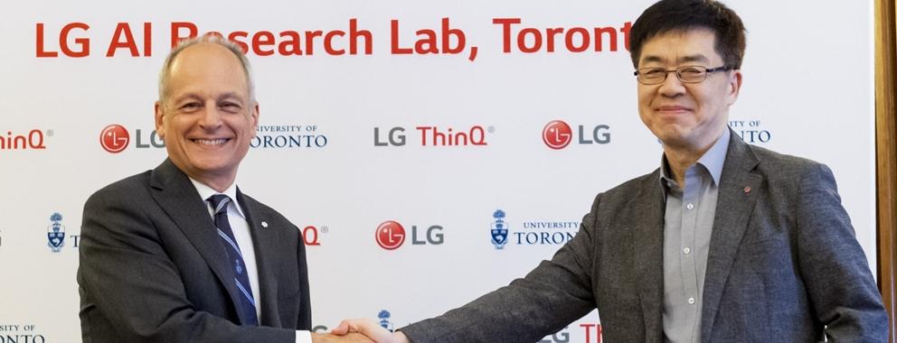 LG전자가 캐나다 토론토에 '토론토 인공지능연구소(Toronto AI Lab)'를 열었다. 해외에 인공지능 연구소를 개소한 것은 이번이 처음이다. 인공지능 연구소는 토론토 대학교와 공동으로 다양한 산학과제를 수행하며 인공지능 연구를 진행한다. LG전자 CTO 박일평 사장(오른쪽)과 토론토대학교 메릭 저틀러(Meric Gertler) 총장이 공동 인공지능 연구에 합의한 후 악수를 하고 있다.
