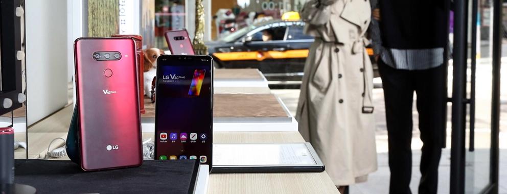 9일 관람객이 가로수길에 마련된 'LG V40 ThinQ 스퀘어' 앞에서 제품을 체험해보고 있다.