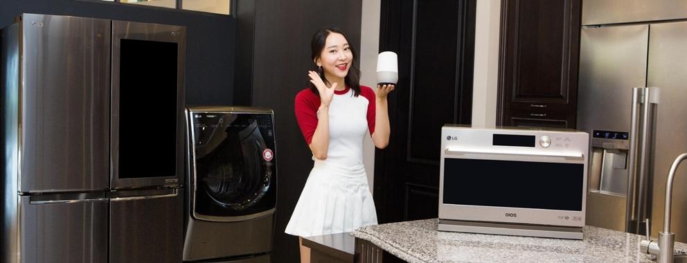 LG전자가 18일 구글 인공지능 스피커 '구글 홈' 국내 출시에 맞춰 주요 가전제품의 한국어 연동 서비스를 시작한다. 구글 어시스턴트를 통해 한국어로 연동되는 LG전자 가전은 세탁기, 건조기, 스타일러, 에어컨, 공기청정기, 냉장고, 광파오븐, 로봇청소기 등 8종이다. 고객들은 음성으로 편리하게 제품의 상태를 확인하고 동작을 제어할 수 있다. LG전자는 연동되는 가전 제품을 지속적으로 확대할 예정이다.