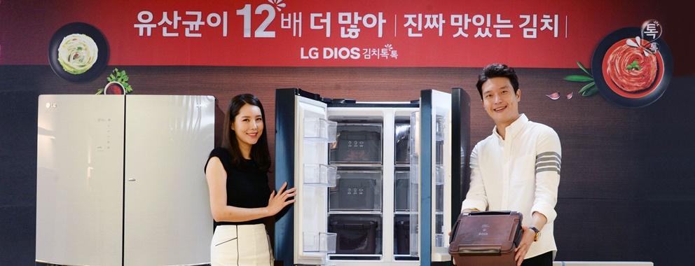 : LG 디오스 김치톡톡은 김치의 감칠맛을 살려주는 유산균을 12배 더 많이 늘려주고 보관 기간도 1.5배 늘린 「New 유산균김치+」를 포함해 김치를 맛있게 보관해주는 다양한 기능들을 탑재했다.특히 에너지 효율과 편의성도 대폭 개선했다. 사진은 LG전자 모델들이 LG 디오스 김치톡톡 신제품을 소개하고 있다.