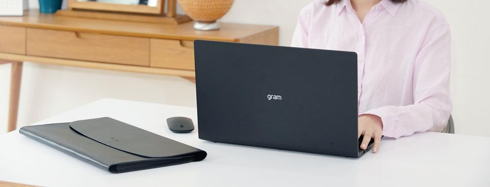 LG전자가 'LG 그램' 노트북 100만대 판매돌파를 기념해 'LG 그램' 한정판을 500대 판매한다. 'LG 그램' 한정판은 고급스러운 블랙 색상과 최고 사양이 특징인 프리미엄 제품이다. LG전자는 이번 한정판을 위해 제작한 블랙 색상 마우스와 전용 가죽 파우치를 구매 고객에게 증정한다. 또 고객들의 성원에 감사를 전하기 위해 다양한 이벤트도 실시한다.