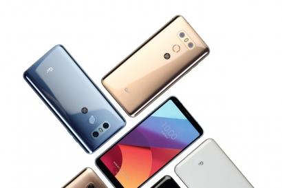 - 'LG G6+'는 128GB 내장메모리로 기존 64GB보다 2배 더 넉넉한 용량을 갖췄고, 표준규격인 치(Qi) 방식의 무선 충전 기능도 탑재된다. 빛을 굴절시키는 렌즈의 원리를 활용한 렌티큘러 필름을 'LG G6+' 후면에 적용해 세련미를 극대화했다. 색상은 '옵티컬 아스트로 블랙', '옵티컬 테라 골드', '옵티컬 마린 블루' 등 3가지다. 하이파이 쿼드 댁이 제공하는 명품 사운드를 제대로 즐길 수 있도록 B&O 플레이 번들이어폰도 제공한다. 왼쪽부터 LG G6+ 옵티컬 마린 블루, 옵티컬 테라 골드, 옵티컬 마린 블루, 옵티컬 아스트로 블랙
