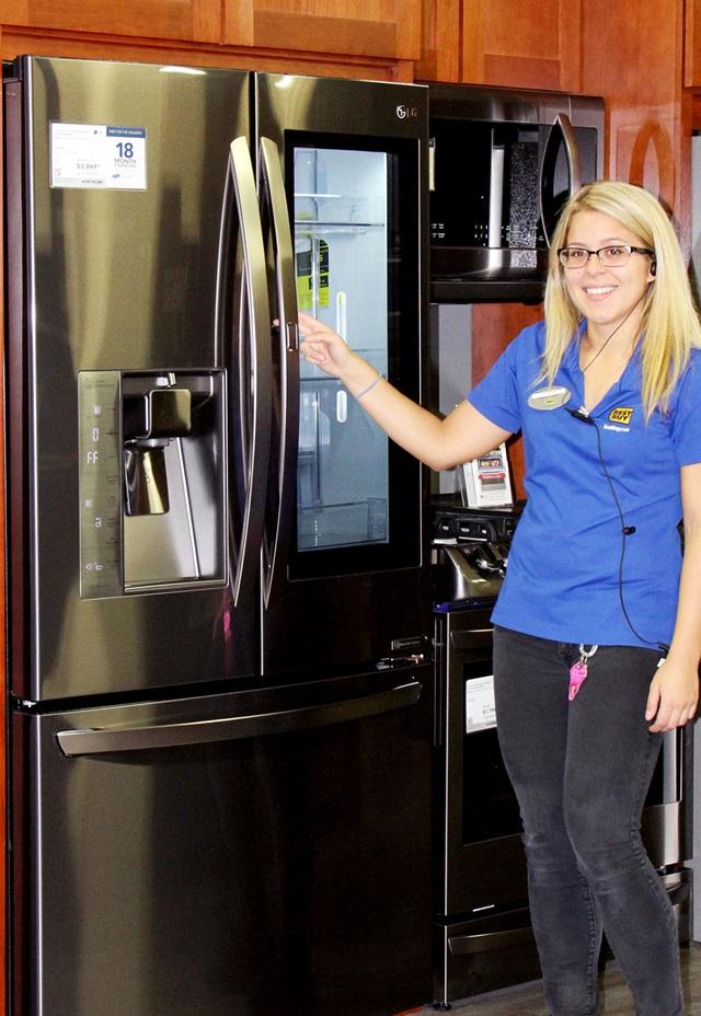 LG전자는 지난 4월 스페인을 시작으로 연말까지 독일, 러시아, 인도네시아, 이란 등 50여 국가에 노크온 매직스페이스 냉장고를 순차적으로 출시한다. 사진은 미국 가전제품 유통업체인 '베스트바이(BESTBUY)' 직원이 매장 내에 진열된 노크온 매직스페이스 냉장고를 소개하고 있다.