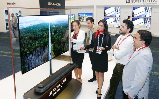 LG전자가 현지시간 21일 도미니카공화국에서 개최한 'LG 이노페스트'에서 중남미 거래선 관계자들이 혁신적인 월페이퍼 디자인의 'LG 시그니처 올레드 TV W'를 둘러보고 있다.