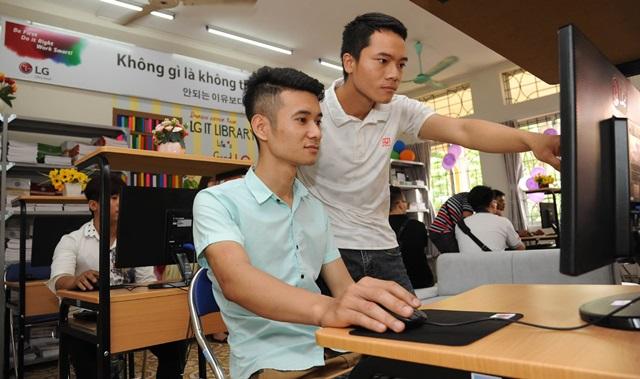 LG전자가 하이퐁 지역에 있는 직업학교들을 지원하며 우수인재 육성을 직접 챙긴다. LG IT도서관에서 학생들이 PC를 활용해 학습하고 있다.