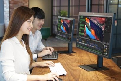 LG전자가 맥북 프로와 맥북 사용자를 위한 초고화질 모니터를 이번주에 국내 시장에 출시한다. 27인치 크기에 5K해상도를 갖춘 'LG 울트라파인 5K 모니터(사진 오른쪽)'는 1초에 최대 40기가비트(Gbps)를 전송할 수 있는 썬더볼트3 단자를 적용했다. 30초면 4K 화질 영화 한편을 전송할 수 있는 속도다. 21.5인치에 4K해상도를 갖춘 'LG 울트라파인 4K 모니터(사진 왼쪽)'도 함께 출시한다. 출하가는 각각 159만9천원, 85만9천원이다.