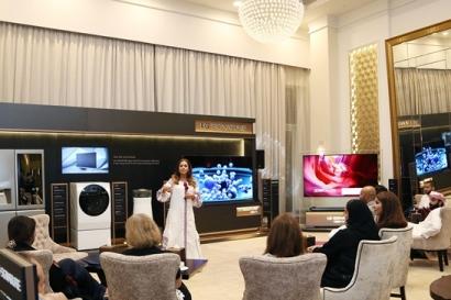 LG전자가 6월 한 달 동안 두바이 월도르프 아스토리아 호텔 로얄스위트룸에서 진행한 'LG 시그니처' 체험 행사에서 현지 거래선 및 VIP 고객들이 'LG 시그니처' 주요 제품을 둘러보고 있다.