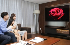 LG전자가 반얀트리 클럽 앤 스파 서울, 사우스케이프 스파 앤 스위트 등 고급 휴양 시설에 초프리미엄 TV인 'LG 시그니처 올레드 TV W'를 설치해 방문객들이 차원이 다른 화질과 음질을 경험할 수 있도록 했다. 반얀트리 클럽 앤 스파 서울 클럽동 6층 로비에서 방문객들이 'LG 시그니처 올레드 TV W'를 살펴보고 있다.