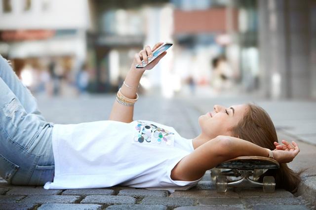 LG전자가 합리적 가격에 프리미엄 기능을 갖춘 準 프리미엄 스마트폰인 Q시리즈를 새롭게 선보이며 Q시리즈 첫 번째 스마트폰 LG Q6를 11일 공개했다. LG Q6는 올해 전략 프리미엄 스마트폰 LG G6에 처음으로 적용된 풀비전(FullVison) 디스플레이를 탑재해 간결한 미니멀리즘과 실용성이 돋보인다. 한 손에 쏙 들어가는 크기에 18:9 화면비의 5.5인치 대화면을 담아내 사용편의성과 화면 몰입감을 모두 극대화했으며, 청소년이나 여성이 한 손으로 조작하기에도 부담이 없다.