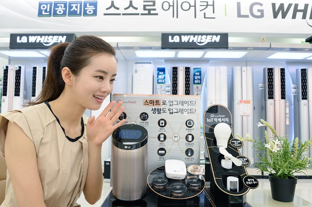 LG전자 모델이 서울 강서구 공항대로에 있는 LG베스트샵 강서본점에서 인공지능을 갖추고 음성으로 가전제품을 작동시키는 기기인 '스마트씽큐 허브 2.0'을 소개하고 있다. LG전자는 전국 100개의 LG베스트샵에서 스마트씽큐 허브 2.0과 별도 전원이 필요없는 온습도 관리기기 '솔라셀 온습도센서'를 포함한 다양한 IoT 기기들의 체험존을 운영하고 있다.