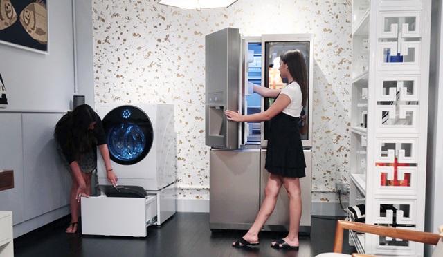 미국 뉴욕에 있는 모던 라이프 스타일 브랜드 '조나단 애들러'의 쇼룸에서 고객들이 'LG 시그니처' 제품을 체험하고 있다.