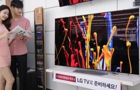 LG전자가 이달 말까지 전국 판매점에서 프리미엄 TV 인기 제품을 할인한다. LG전자는 55형 올레드 TV를 319만원부터, 65형 슈퍼 울트라HD TV(일명 나노셀 TV)를 320만원부터 판매한다. LG전자 모델들이 LG 베스트샵 매장에서 LG 올레드 TV를 살펴보고 있다.