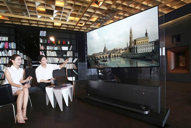 LG전자가 경상남도 남해에 위치한 '사우스케이프 스파 앤 스위트'내 음악 감상 공간에서 'LG 시그니처 올레드 TV W'로 이달 말까지 뮤지컬 영화를 상영한다. 투숙객들에게 차원이 다른 화질과 고급스러운 디자인을 체험할 수 있는 기회를 제공한다.