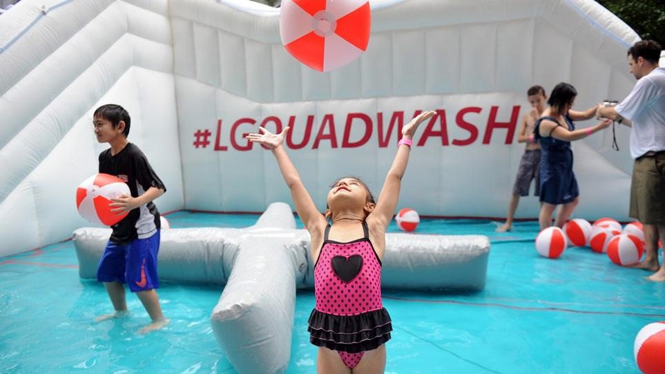 현지시간 5일 美 뉴욕 맨하탄 거리에서 열린 '시티 서머 스트리트' 행사에서 LG전자 쿼드워시 식기세척기를 본딴 'LG 쿼드워시 워터파크'에서 고객들이 물놀이를 즐기고 있다.