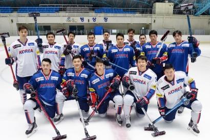 아이스하키 남자 국가대표팀 선수들이 태릉선수촌 실내빙상장에서 아이스하키 스틱을 닮은 'LG 코드제로 A9' 무선 청소기를 들고 포즈를 취하고 있다.