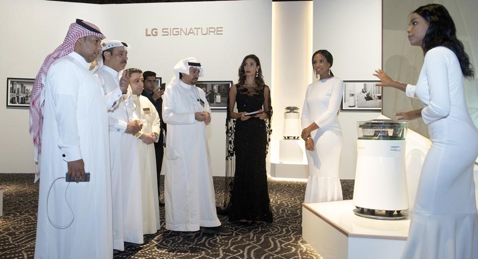 -: LG전자가 현지시간 22일 UAE 두바이에서 개최한 'LG 시그니처' 출시 행사에서 중동지역 거래선들이 'LG 시그니처' 가습공기청정기를 살펴보고 있다. LG전자는 이달 UAE, 호주를 시작으로 9월은 러시아, 10월은 이태리에서 'LG 시그니처' 출시 행사를 연이어 개최하며 'LG 시그니처' 해외 출시에 가속도를 낸다.