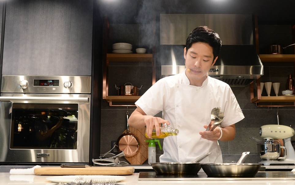 LG전자가 17일 서울 논현동에 국내 첫 초프리미엄 빌트인 전시관 시그니처 키친 스위트 쇼룸을 오픈, 프리미엄 주방 문화 전파에 나섰다. 이재훈 셰프가 쇼룸 4층 '쿠킹 스튜디오'에서 '시그니처 키친 스위트'를 사용해 요리하고 있다.