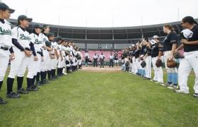 28일 경기도 이천 LG챔피언스파크에서 열린 결승전에서 일본팀(왼쪽), 미국팀 선수들이 인사를 나누고 있다.