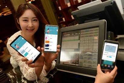 LG전자가 30일부터 현대, NH농협, 하나, 삼성 등 4개 社 신용카드를 LG 페이에서 사용할 수 있도록 소프트웨어 업데이트를 진행한다. LG 페이 사용자는 국내 8개 모든 신용카드社의 서비스를 이용할 수 있게 됐다. 또 서비스 확대에 맞춰 풍성한 혜택도 제공한다. 29일 모델이 음식점에서 업그레이드 되는 LG 페이를 소개하고 있다.