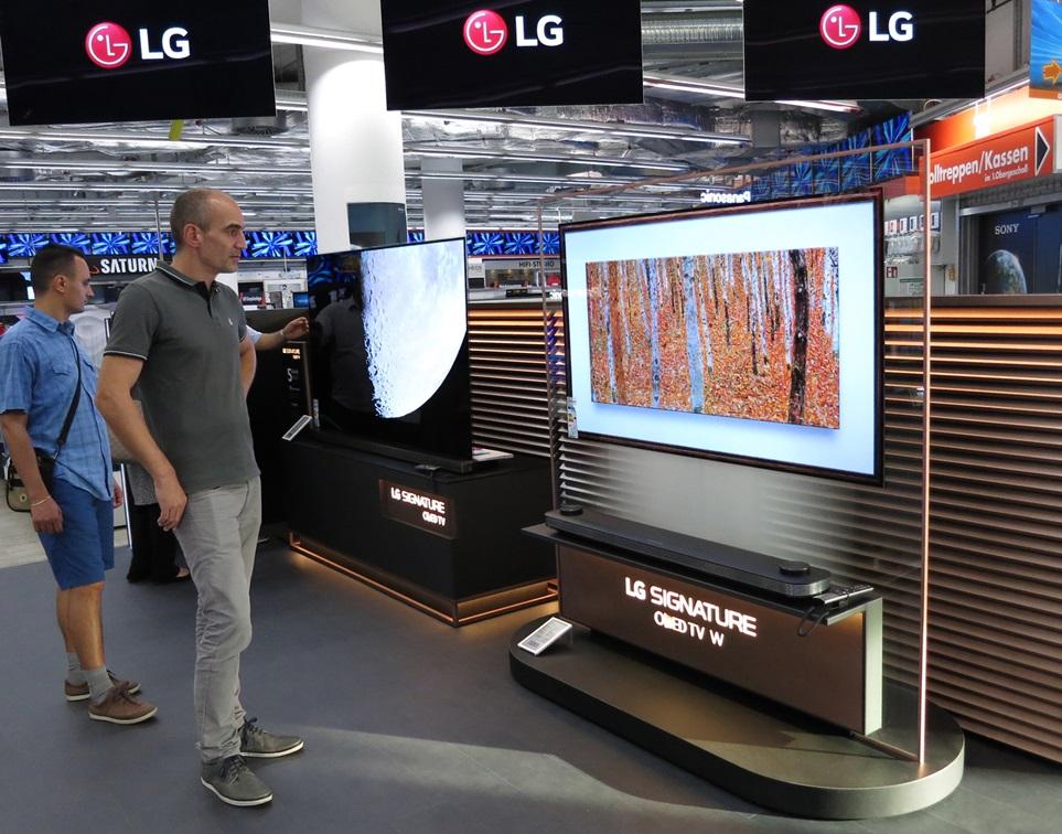 LG전자가 9월부터 오디오 명품 회사인 B&O에 올레드 TV를 공급한다. 1일 베를린에서 개막하는 IFA 2017에서는 13개 업체가 올레드 TV를 전시할 것으로 전망된다. 작년에는 8개에서 참여업체가 계속해서 늘고있다. LG전자는 올레드 TV 진영을 키워 프리미엄 TV시장에서 올레드 TV의 파급력을 더욱 확대한다는 계획이다.  LG전자는 올해 상반기에 TV 매출의 15% 정도를 올레드 TV 판매로만 일궈내 굳건한 수익구조를 확보했다.  독일 베를린의 한 가전 매장에서 고객이 'LG 시그니처 올레드 TV W'를 살펴보고 있다.