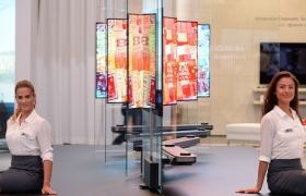 LG전자가 9월 1일부터 6일까지 독일 베를린에서 열리는 'IFA 2017'에서 설치시 두께가 4mm도 되지 않는 'LG 시그니처 올레드 TV W'의 디자인 강점을 소개하는 라이프스타일 부스를 운영한다. 모델들이 'LG 시그니처 올레드 TV W'를 소개하고 있다.