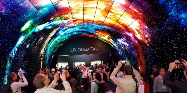 이거 실화냐? 보고도 믿기 힘든 'LG 올레드 TV'의 기술력