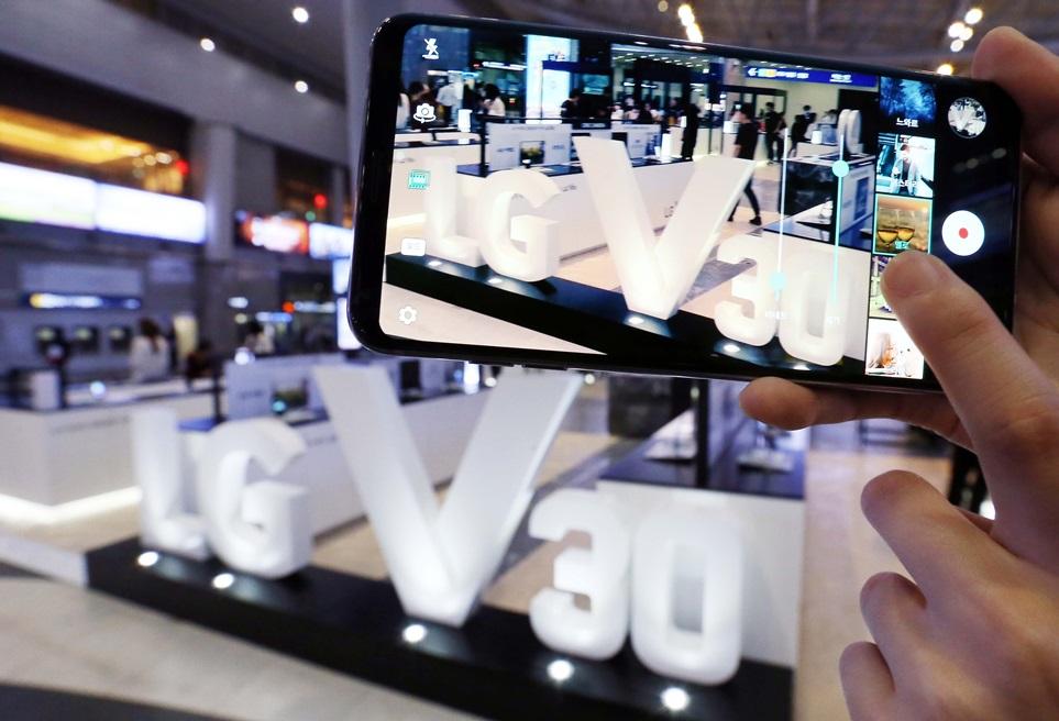 LG전자는 6일부터 서울, 부산, 대구, 대전, 광주 등 5개 도시에서 13개의 'LG V30' 체험존을 운영한다. 방문 고객은 158g의 무게와 7.3mm의 두께를 갖춘 얇고 가벼운 디자인, 시네 비디오, 하이파이 사운드, 한국어 구글 어시스턴트, LG 페이 등 다양한 체험을 해볼 수 있다.
