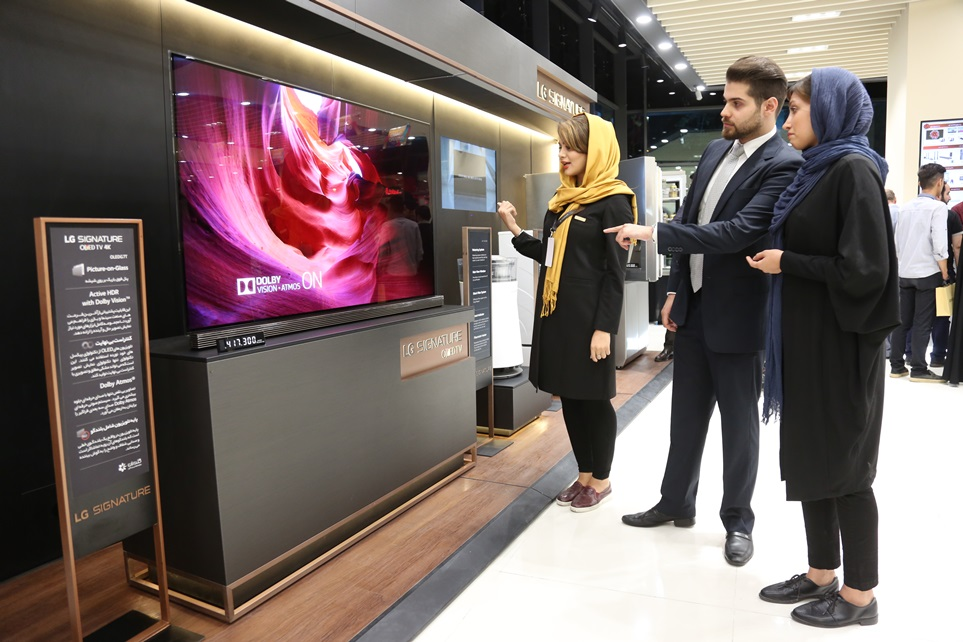 LG전자가 중동 최대 시장 중 하나인 이란에 超프리미엄 LG 시그니처를 출시하며 중동 프리미엄 시장을 적극 공략한다. 이란 차르수몰에 위치한 LG 프리미엄 브랜드샵에서 참가자들이 LG 시그니처 올레드 TV W를 살펴보고 있다.