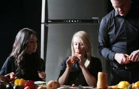 LG 인버터 리니어 냉장고에 1주일 보관한 채소를 연주하고 있는 '런던 베지터블 오케스트라'의 모습. LG전자가 '런던 베지터블 오케스트라'와 협업해 제작한 'LG 인버터 리니어 냉장고: 채소 오케스트라' 영상은 공개 4개월 만에 8천5백만 조회수를 기록하며 큰 인기를 끌고 있다.