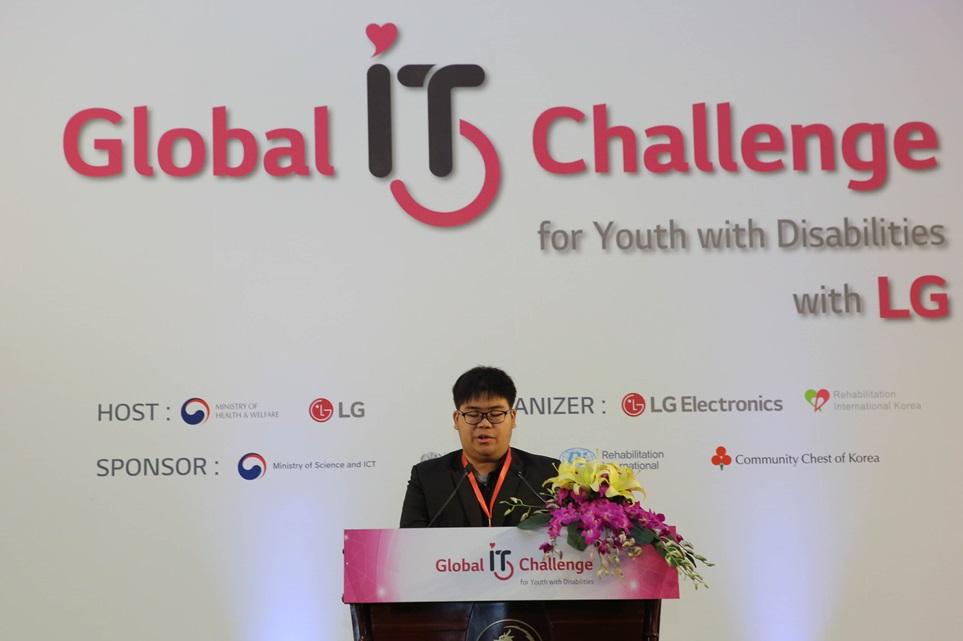 19일부터 22일까지 베트남 하노이에서 열리는 '2017글로벌장애청소년IT챌린지' 개막식에서 지난해 우승자가 축사를 하고 있다.