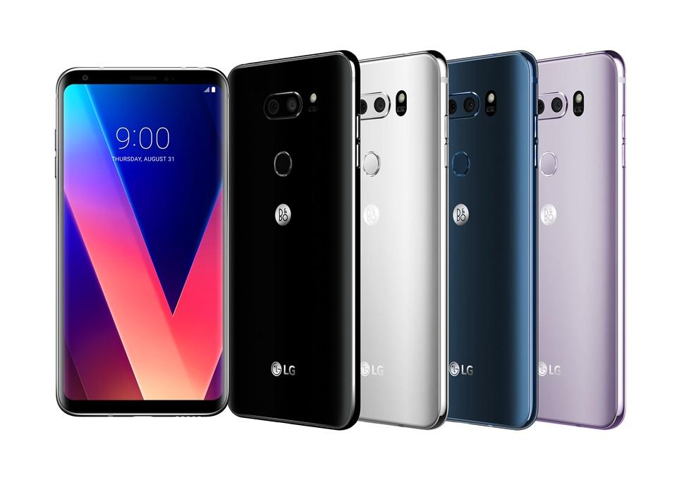 LG전자가 21일 얇고 가벼운 프리미엄 디자인에 누구나 쉽게 쓸 수 있는 전문가급 멀티미디어 성능을 갖춘 LG V30를 국내 출시한다. LG전자는 최신 컬러 트렌드를 반영한 다양한 색상과, 내장 메모리 용량 다변화로 고객 선택의 폭을 넓혔다. LG V30+(플러스)는 128GB 내장메모리를 탑재했으며 오로라 블랙 색상으로만 출시된다. 가격은 99만 8,800원이다. 고객이 매장에서 LG V30 구매 후 포즈를 취하고 있다.