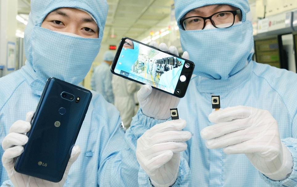 LG V30 카메라는 병원 수술실 보다 깨끗한 환경에서 1µm(1백만 분의 1미터) 오차도 없는 정밀함을 바탕으로 생산되고 있다. 20일 광주광역시에 위치한 LG이노텍 카메라 모듈 생산공장에서 연구원이 LG V30와 카메라 모듈을 소개하고 있다. LG V30는 스마트폰 최초로 F1.6의 글라스렌즈를 적용해 영화같은 촬영 기법, 어두운 곳에서도 생생한 촬영 등 차별화된 카메라 기능으로 세계에서 호평을 받고 있다.