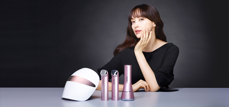 : LG 프라엘 (LG Pra.L)의 광고모델 이나영씨가 제품 앞에서 포즈를 취하고 있다.