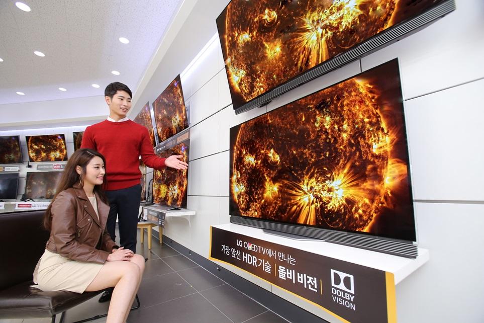 LG전자가 9월 한 달간 전국 판매점에서 '올레드 TV' 할인 행사를 진행한다. 55형 4K 해상도의 '올레드 TV'를 299만원에 판매한다. LG전자 모델들이 LG 베스트샵 매장에서 LG 올레드 TV를 살펴보고 있다.
